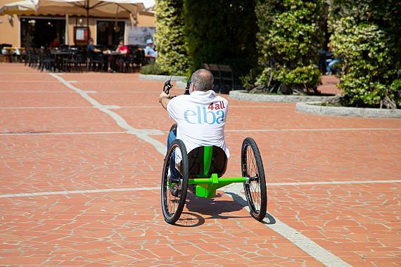 Visit Elba presenta la prima handbike a pedalata assistita studiata su misura per una destinazione turistica.